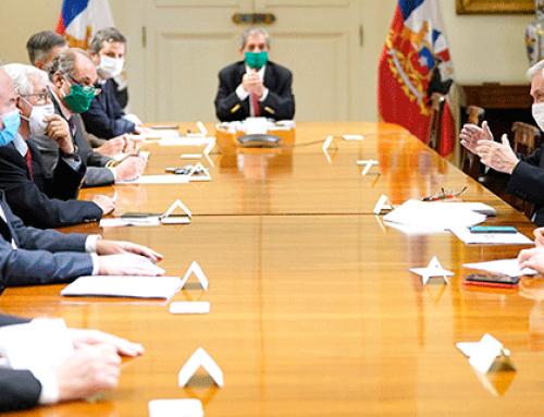 """Presidente de la República, Sebastián Piñera, acompañado por los ministros de Salud, Enrique Paris, y de Economía, Lucas Palacios, encabeza una mesa de trabajo con las ramas de la CPC para la efectiva  implementación del plan """"Paso a Paso"""" y para la reactivación económica."""